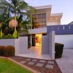 Fachada de casa moderna con plantas