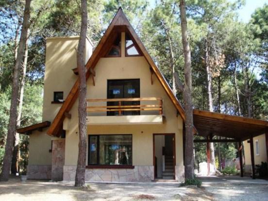 Fachadas de casas alpinas de dos pisos