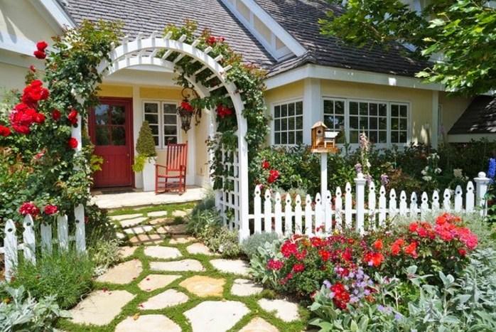 Fachadas de casas con hermosos jardines con flores