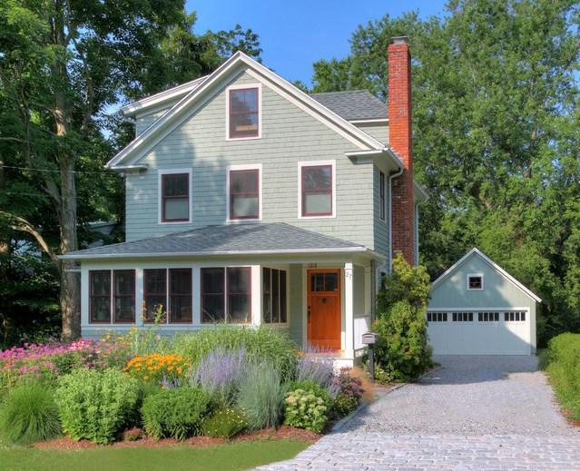 Fachadas de casas con jardines
