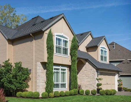 Fachadas de casas con techos a cuatro aguas