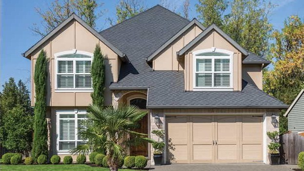 Fachadas de casas de dos pisos con techos a cuatro aguas