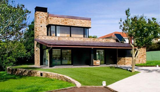 casas con chimeneas recubiertas de piedra