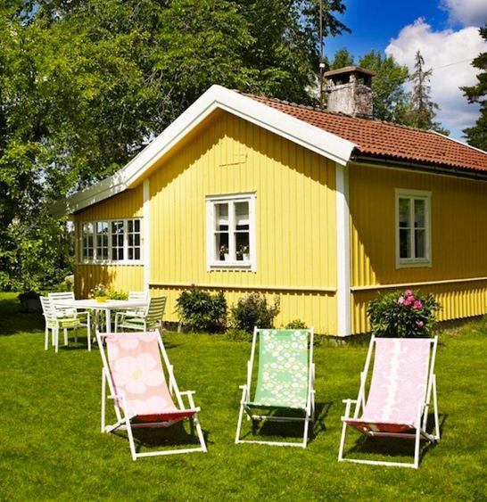 fachadas de casas amarillas