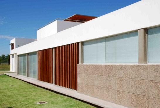 fachadas de casas con parasoles de madera
