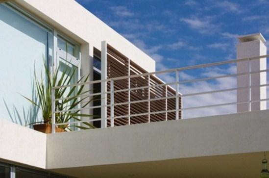 fachadas de casas con parasoles metálicos