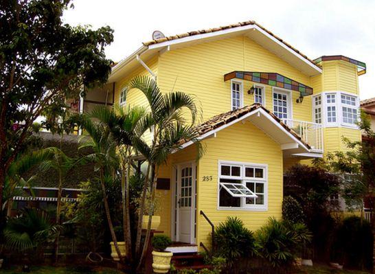 fachadas de casas de color amarillo y blanco