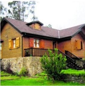 madera en el frente de una casa