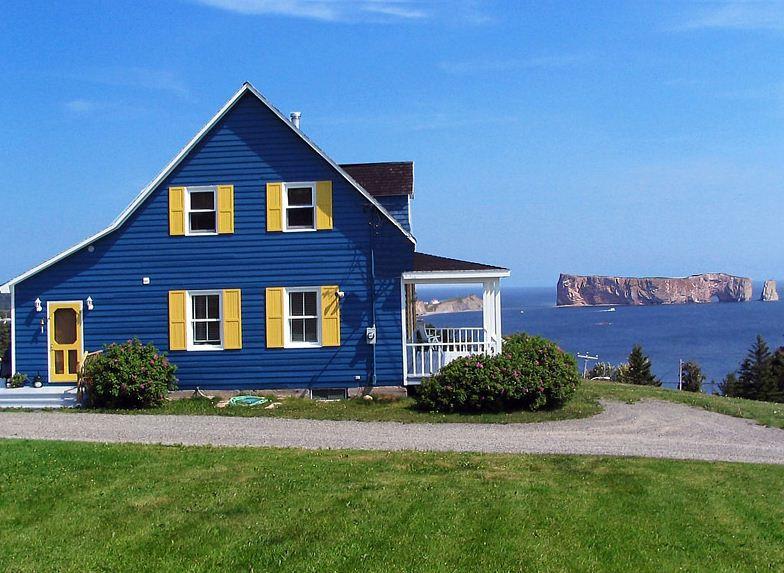 Fachadas azul y amarillo