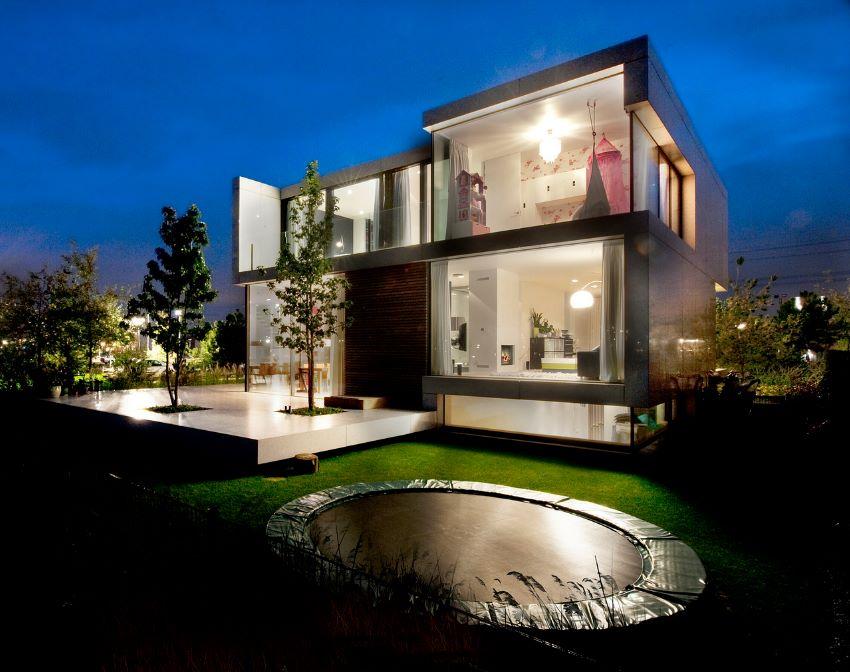 Contrafachada de casa de dos pisos con vidrios