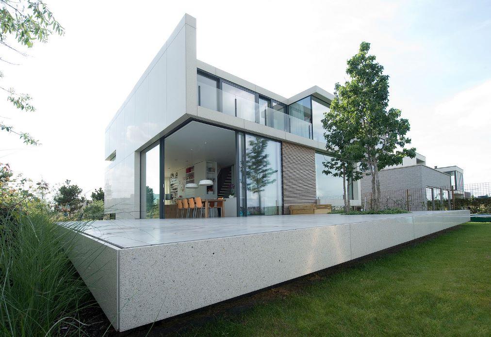 Fachada de casa de dos pisos con vidrios