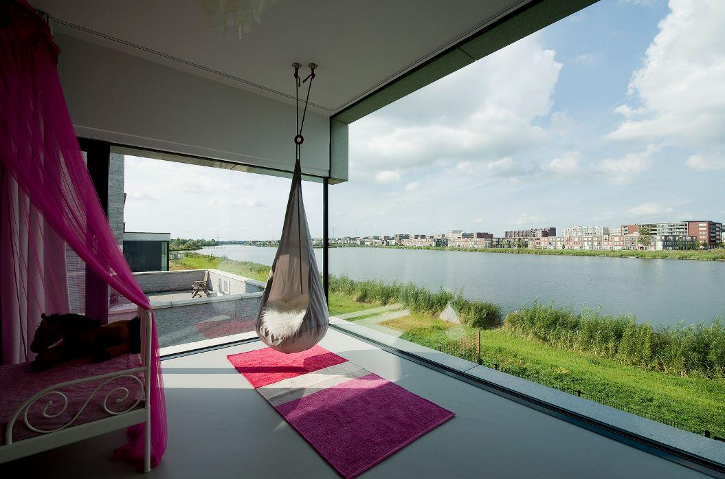 Vista interior en casa de 2 pisos vidriada