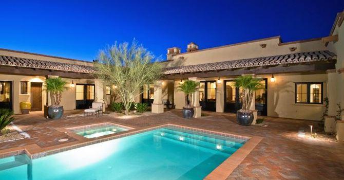Fachadas de casas con tejas coloniales for Diseno de piscinas para casas de campo