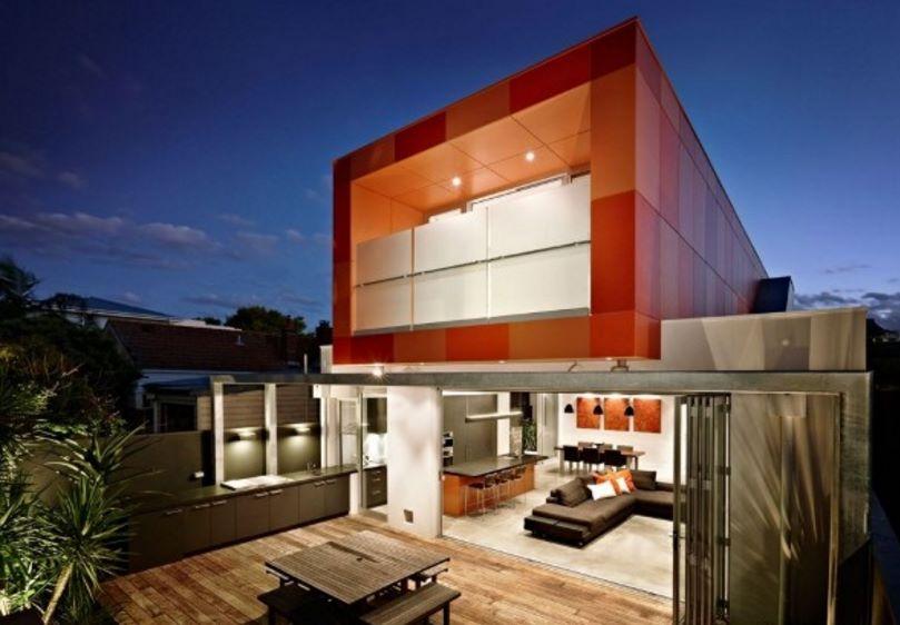 Contrafachada de casa posmodernista de 2 pisos