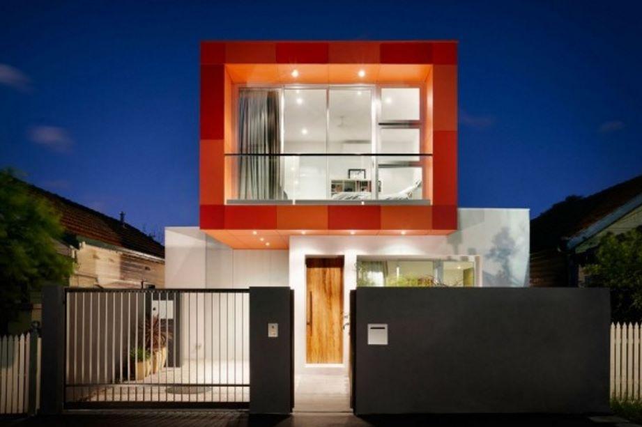 Fachada de casa posmodernista de 2 pisos