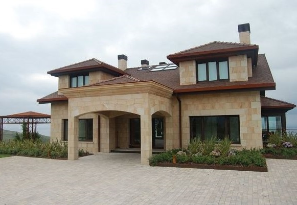 Fachadas de casas con ventanas en el techo