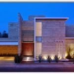 Casa moderna con garaje abierto y revestimiento en piedra