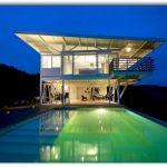 Casa moderna con piscina y techo voladizo