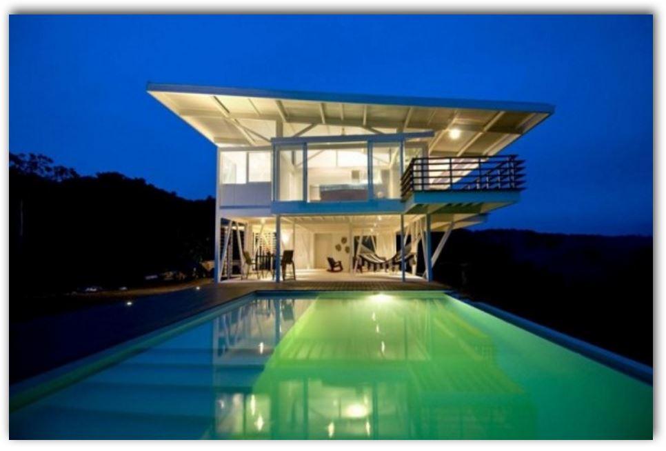 Casa moderna con piscina y techo voladizo for Casa moderna con piscina
