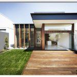 Fachada de casa con jardín frontal