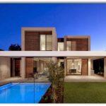 Fachada de casa con piscina frontal