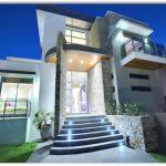 Frente de casa con escalera iluminada