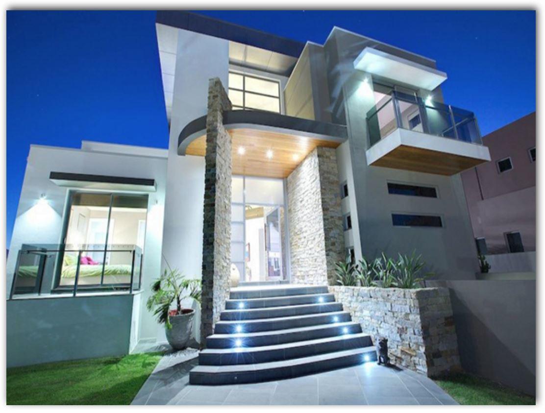frente-de-casa-con-escalera-iluminada