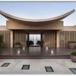 Frente de casa moderna con rasgos orientales