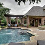 Contrafachada de casa con piscina