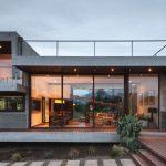 Fachada de casa ancha con balcón