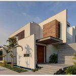 Fachada de casa con entrada lateral