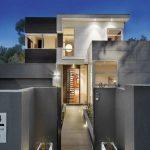 Casa alta y angosta con estilo moderno