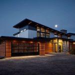 Casa con techo inclinado y estilo rústico