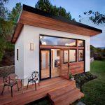Fachada de casa pequeña con madera