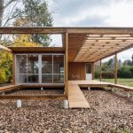Casa de madera elevada con rampa de acceso