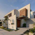 Casa moderna con entrada lateral y techo voladizo