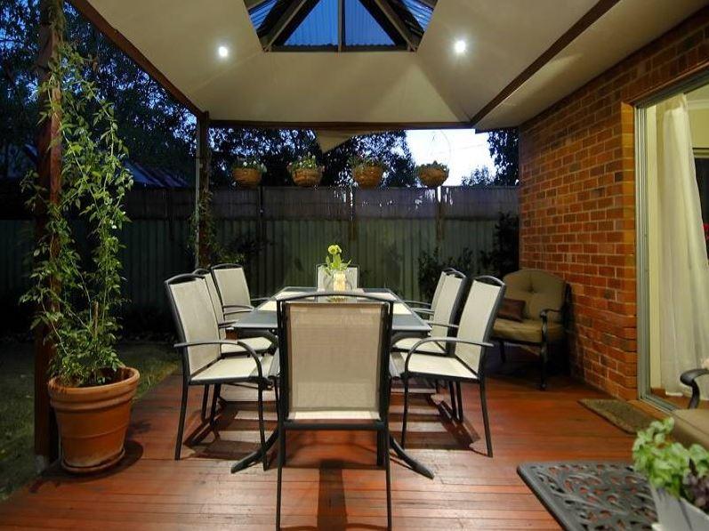 Modelos de patios para casas jardinera con banco for Modelos de patios de casas pequenas