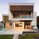 Casa moderna con balcón y jardín