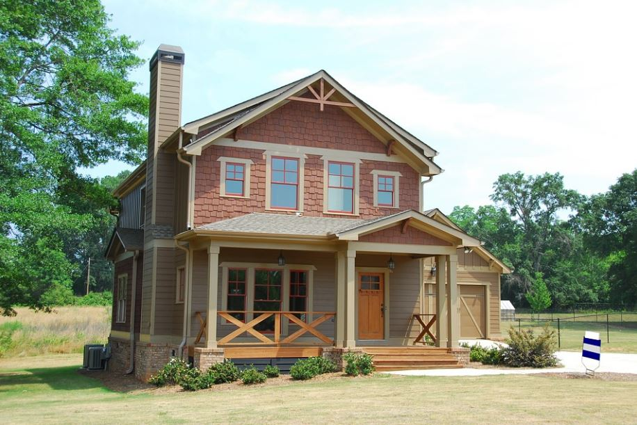 fachada de casa de madera con galeria