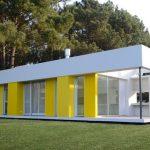 Fachadas de casas pintadas en blanco y amarillo