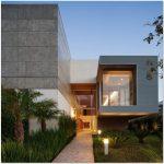 Fachada de casa con paneles de concreto y 2 pisos