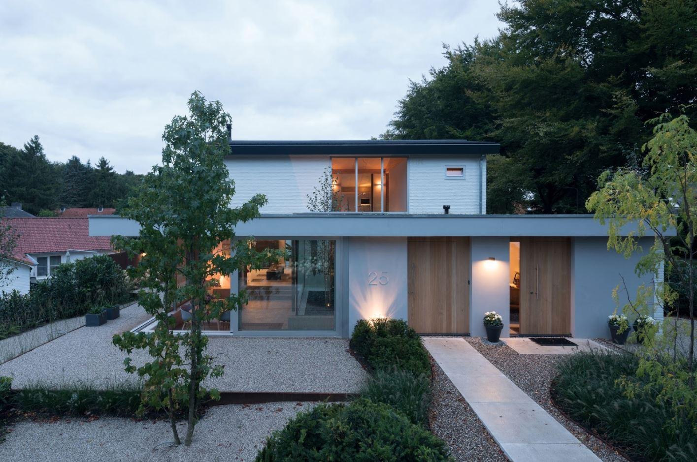Fachada de casa vidriada con techo plano