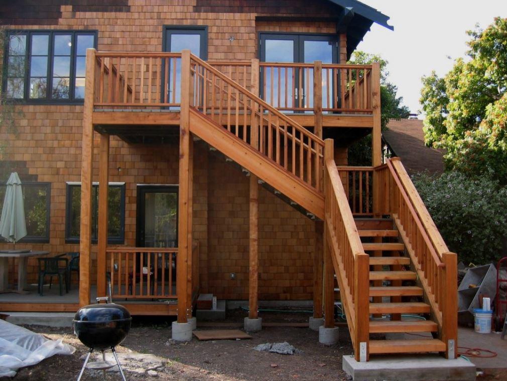 fachadas de casas con escalera enfrente