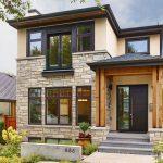 Fachada angosta con porch de madera