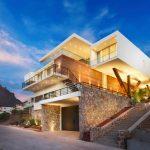 11 Fachadas de casas construidas en laderas