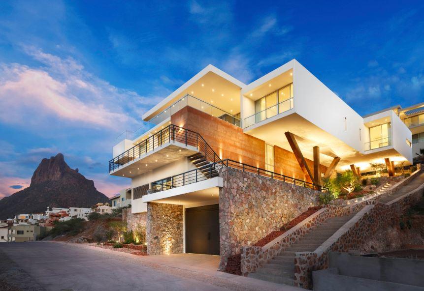 11 fachadas de casas construidas en laderas - Casas en pendiente ...
