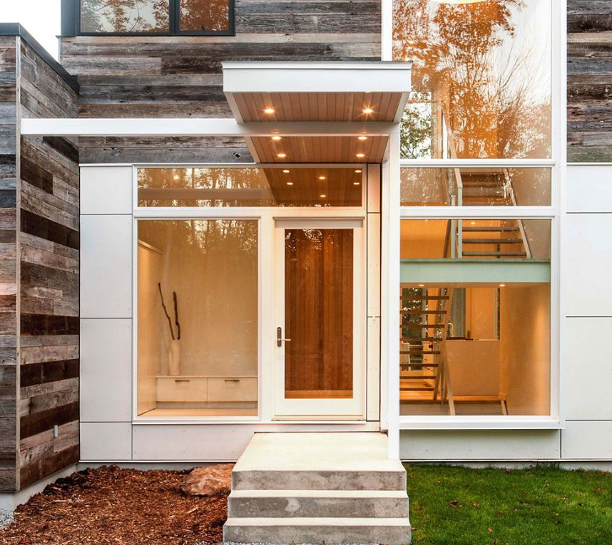Fachadas de entradas de casas modernas for Casas modernas con puertas de madera