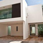 Fachada de casa minimalista de amplios espacios