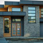 Fachada de casa moderna con piedra pizarra gris