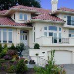 Fachada de casa con escalera y balcones
